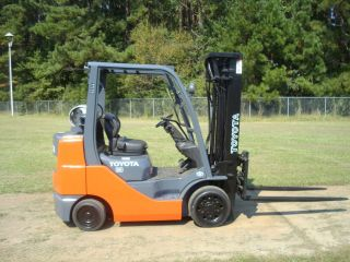 2006 TOYOTA 9000LB CAPACITY FORKLIFT LIFT TRUCK PNEUMATIC TIRE TRIPLE