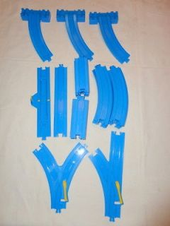 THOMAS TRAIN TRACK   BLUE MOTORIZED   LOT OF 25 **STRAIGHT*CUR​VED