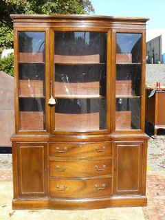 BROYHILL TRADITIONAL MAHOGANY CURVED CROWN GLASS CHINA CABINET