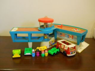 VINTAGE FISHER PRICE LITTLE PEOPLE AIRPORT TOY CARS LOT FAMILY PLAY