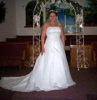 Gorgeous Davids Bridal wedding dress sz16 white.