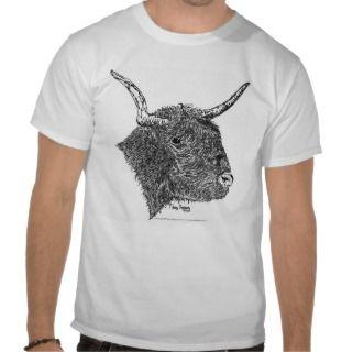 Bull con la pluma de los cuernos y el dibujo de la t shirts de